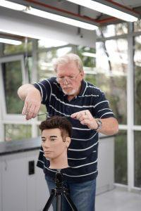 Процесс обучения мужской стрижке