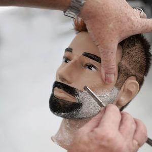 Показываем как ровнять бороду опасной бритвой